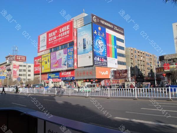 户外广告制作是在九十年代末期产生,近两年发展起来的。如今,众多的广告公司越来越关注户外广告的创意、设计效果的实现。各行各业热切希望迅速提升企业形象,传播商业信息,各级政府也希望通过户外广告树立城市形象,美化城市。这些都给户外广告制作提供了巨大的市场机会,也因此提出了更高的要求。